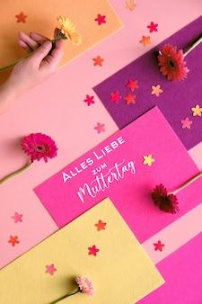 Текст alles liebe zum muttertag означает «большая любовь к дню матери». геометрическая двухцветная плоская кладка на бумаге