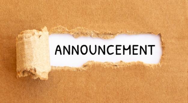 Текст объявления появляется за рваной коричневой бумагой текст культура появляется за рваной коричневой бумагой.
