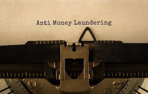 Текст о борьбе с отмыванием денег, набранный на ретро пишущей машинке