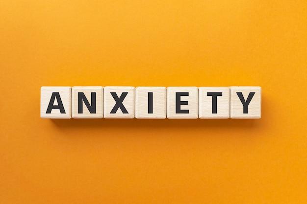 Текст тревоги на деревянных кубиках, дискомфортное чувство нервозности