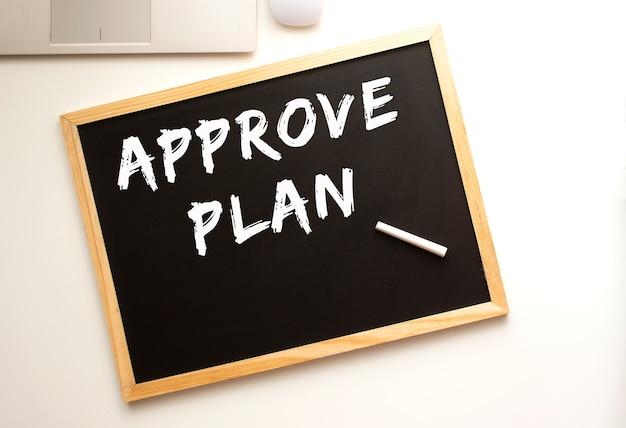 슬레이트 보드에 분필로 작성된 approve plan 텍스트