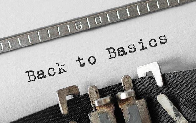 Текст «назад к основам», набранный на ретро пишущей машинке