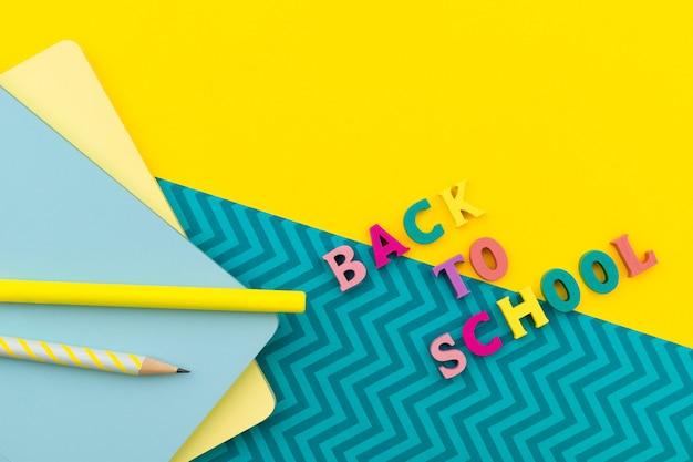 黄色の文房具で学校に戻るテキスト