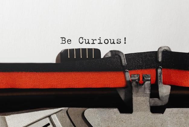 Текст будьте любопытным, набранный на ретро пишущей машинке