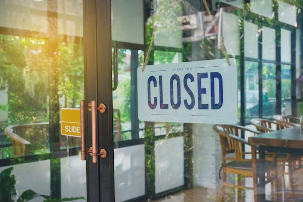텍스트 닫힌 문 기호 및 커피 숍의 유리 문에 매달려