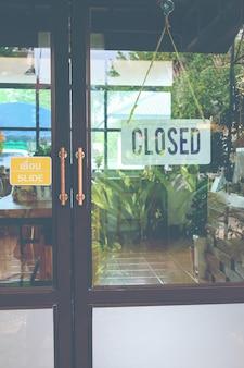 문 기호에 닫히고 커피 숍의 유리 문에 매달려 텍스트