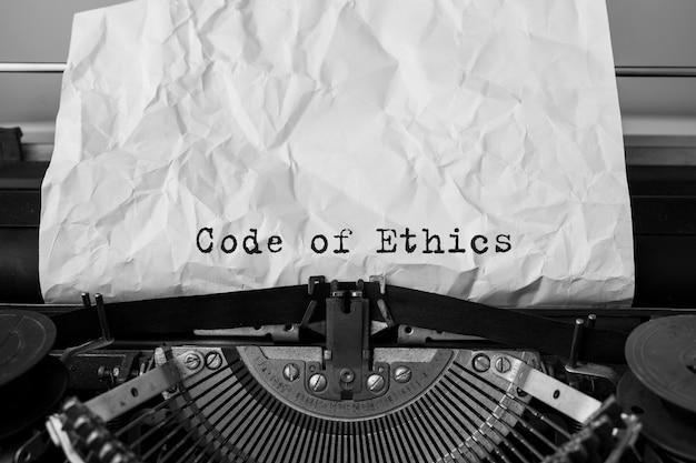 복고풍 타자기에 입력 된 윤리 강령 텍스트