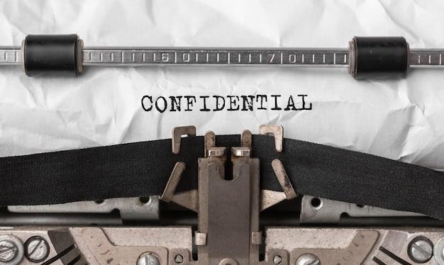 Конфиденциальный текст, набранный на ретро пишущей машинке