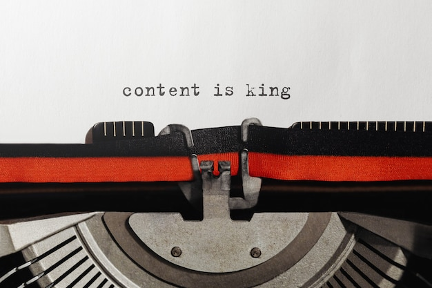 テキストコンテンツはレトロなタイプライターでタイプされた王です
