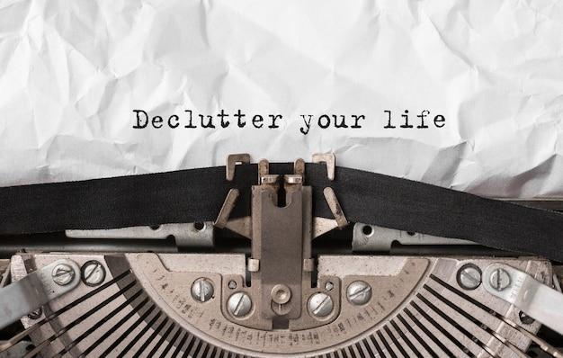 텍스트 복고풍 타자기에 입력 한 인생을 declutter