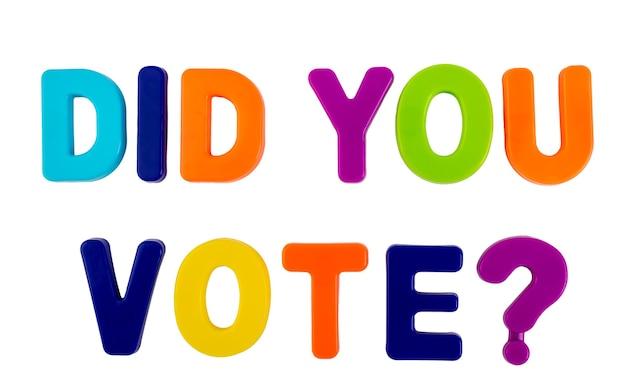 텍스트 선거 운동을 위한 흰색 배경 개념에 플라스틱 글자로 쓰여진 투표를 했습니까?
