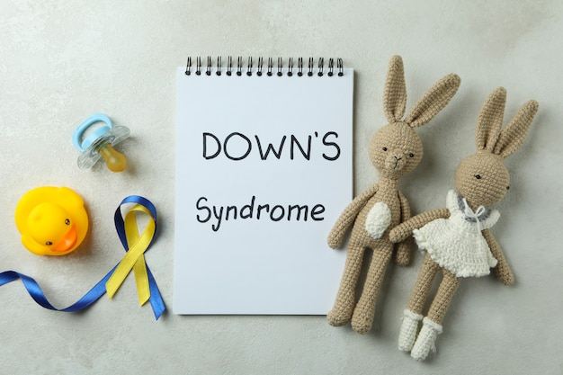 흰색 질감에 텍스트 다운 증후군, 장난감, 젖꼭지 및 인식 리본