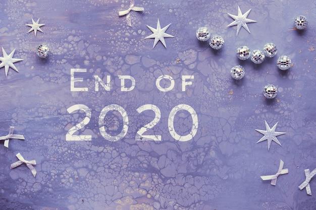 Текст конец 2020 года. квартира на раскрашенной акриловой доске с зеркальными шарами, серебряными звездами и бантами.