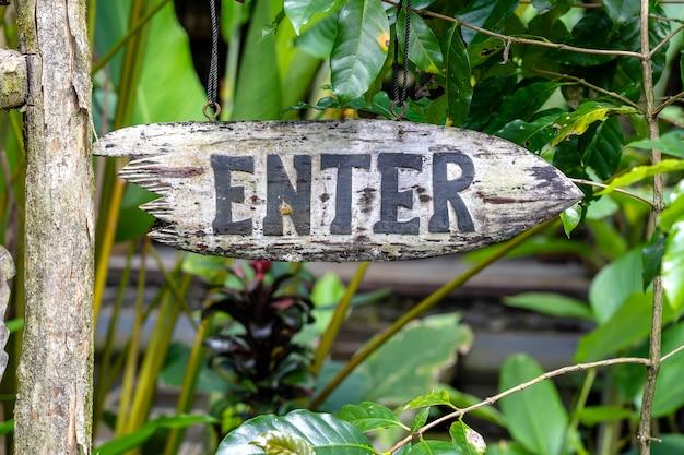 Введите текст на деревянной доске в джунглях тропических лесов тропического острова бали, индонезия