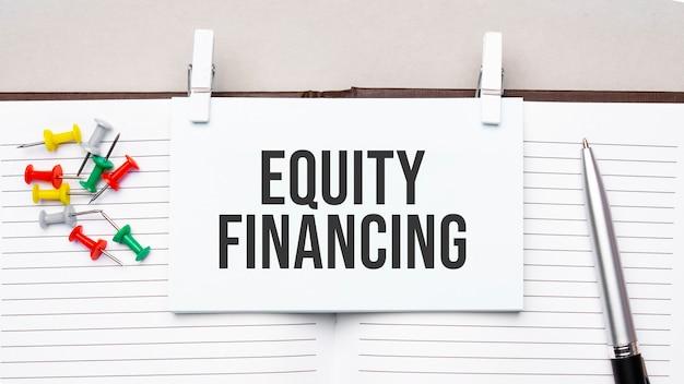 사무실 도구를 사용하여 일기의 스티커에 equity financing 문자