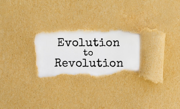 찢어진 갈색 종이 뒤에 나타나는 혁명으로의 진화 텍스트.