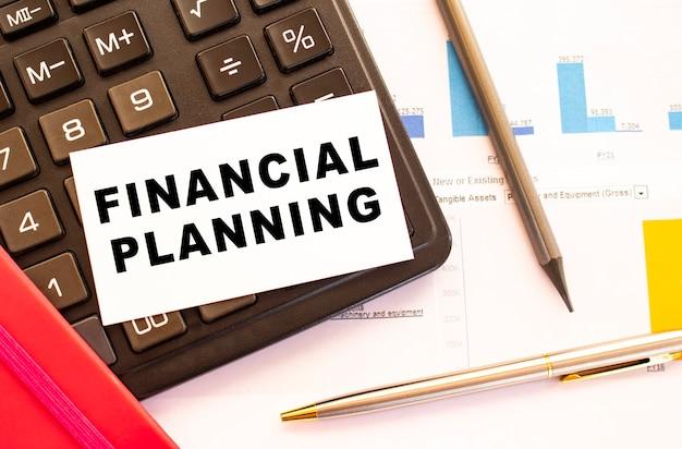 Текст финансовое планирование на белой карточке с металлической ручкой, калькулятор. бизнес и финансовая концепция