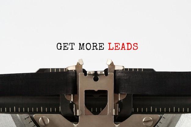 Текст get more leads, набранный на ретро пишущей машинке