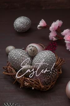나무 배경에 계란 텍스트 행복 한 부활절 둥지. 창의적인 부활절 달걀과 꽃 체리와 행복 한 부활절 인사말 카드