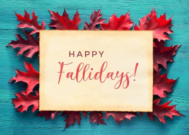 Текст счастливых осенних праздников на старом пергаменте. квартира лежала с натуральными листьями красного дуба на бирюзовой древесине.