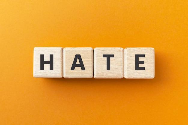 Текст ненависти на деревянных кубиках вызывает сильную или страстную неприязнь