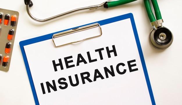 청진기가 있는 폴더에 health insurance라고 문자를 보내십시오. 의료 개념입니다.