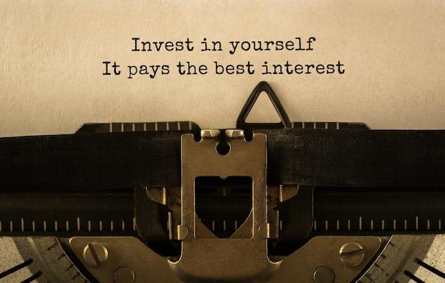 Текст инвестируйте в себя, это приносит больше всего процентов, набранных на ретро-пишущей машинке