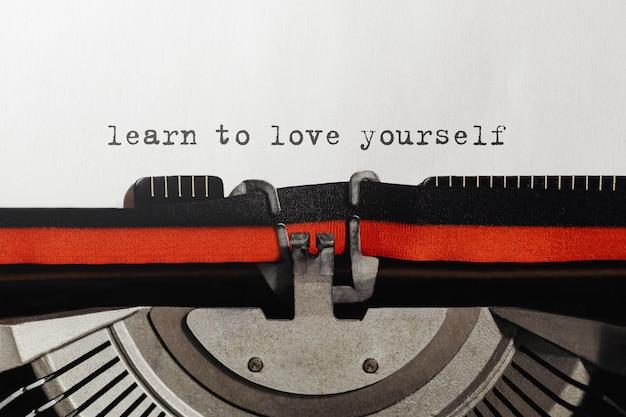 텍스트 복고풍 타자기에 타이핑 된 자신을 사랑하는 법 배우기
