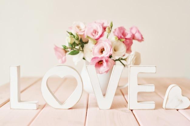아름다운 꽃과 텍스트 사랑. 세인트 발렌타인 개념