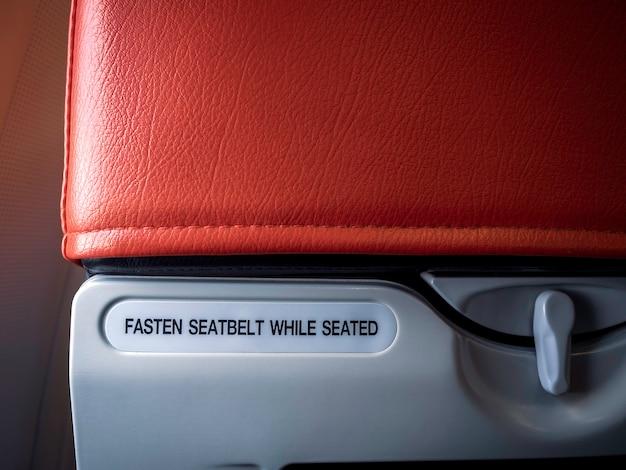 빨간색 비행기 좌석 뒤에