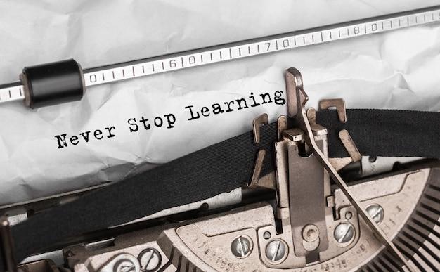 Текст никогда не перестанет учиться, набранный на ретро пишущей машинке