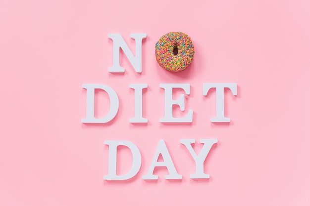 テキストダイエットなしの日と艶をかけられたカラフルなドーナツconcept international no diet day、6 may