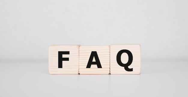 木製キューブに関するfaqのテキストよくある質問の概念