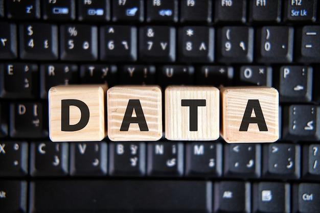 검은 키보드의 나무 큐브에 단어 data의 텍스트