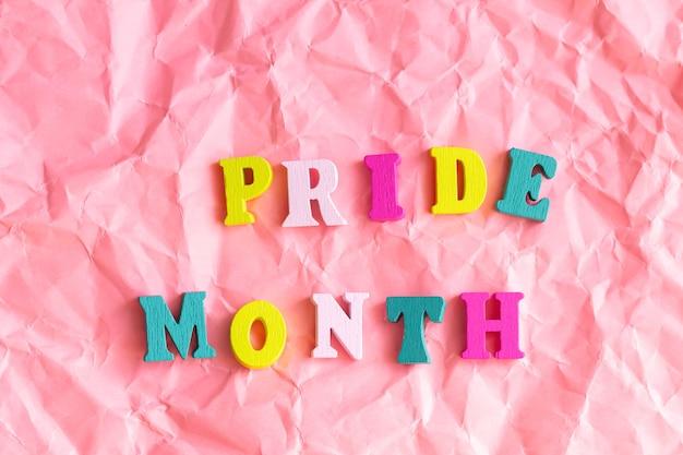 虹の木の文字の上面図、lgbtq +パーティーの装飾とテキスト「プライド月間」