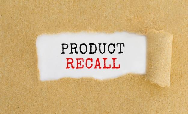 Текст «отзыв о продукте» появляется за рваной коричневой бумагой.