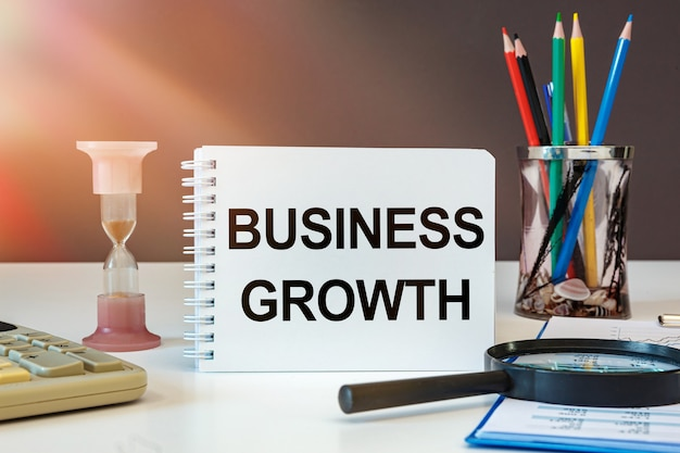 비즈니스 성장을 보여주는 텍스트 기호. 매출 또는 수익 비즈니스를 향상시키는 개념 사진.