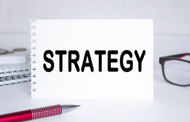 Текст стратегия. блокнот с очками и текстовыми документами. бизнес-концепция