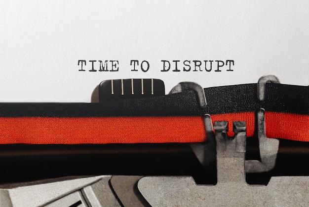 복고풍 타자기에 입력 된 time to disrupt 텍스트