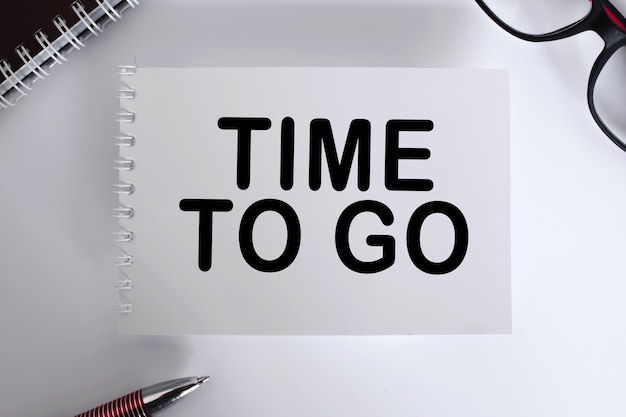 Текстовое сообщение «время ухода». блокнот с очками и текстовыми документами. бизнес-концепция