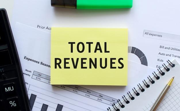 オフィスデスクの財務チャートにあるメモ帳のページに「総収入」とテキストを入力します。