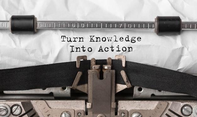 Текст превращает знания в действие, набранный на ретро пишущей машинке