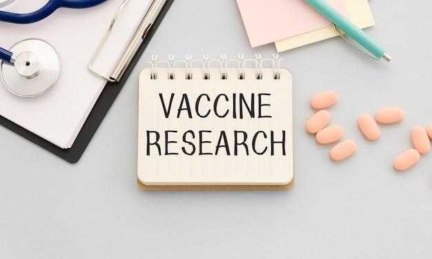 カードにワクチン研究をテキストで送信します。コロナウイルスまたはcovid-19のワクチンに関する概念。