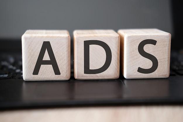 黒いタブレットの木製の立方体のテキスト単語広告