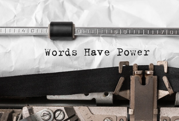 Текстовые слова имеют мощность, набранную на ретро пишущей машинке