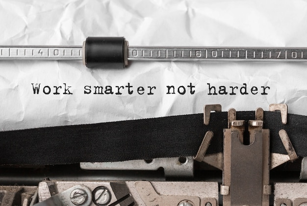 Текст работайте умнее, а не труднее, набирая на ретро-пишущей машинке