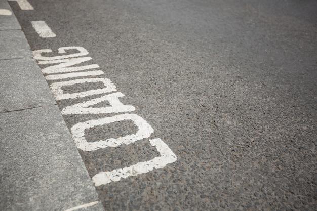 Testo scritto sulla superficie stradale