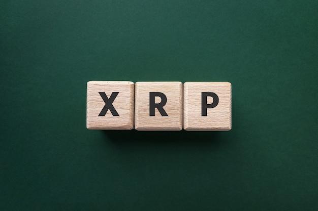 녹색 배경에 나무 큐브에 텍스트 xrp 리플 암호화 통화 평면도 구매 및 판매