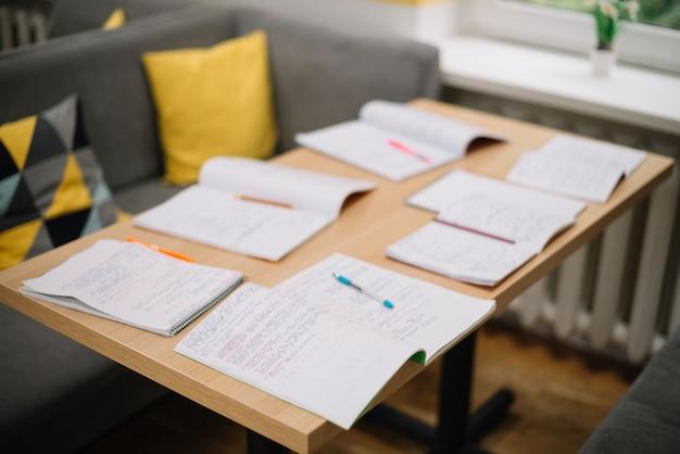 Учебники на фоне стола
