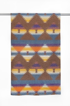 Текстильный фон с геометрическим рисунком из шерстяного пледа крупным планом на белом